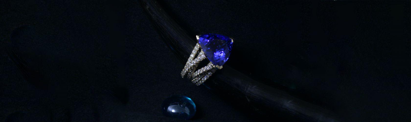 Bague tanzanite et diamants sur or blanc, création David Mann