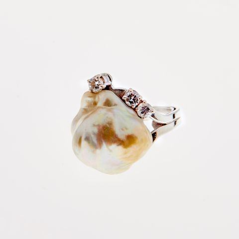 Bague perle baroque naturelle en or blanc