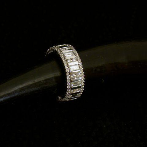 Alliance complète diamants brillants et baguettes, entourage extérieur diamants, en or blanc, création David Mann