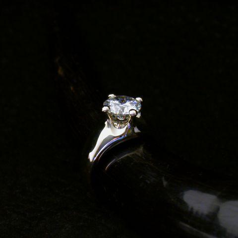 bague création david mann or blanc lisse diamant central