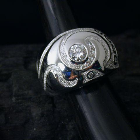 bague création david mann or blanc motif gravé lisse diamant central