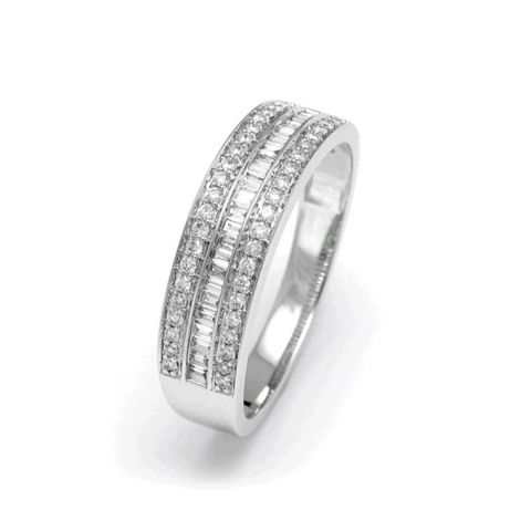 Demi-alliance triple range de diamants taille brillants et baguettes, en or blanc
