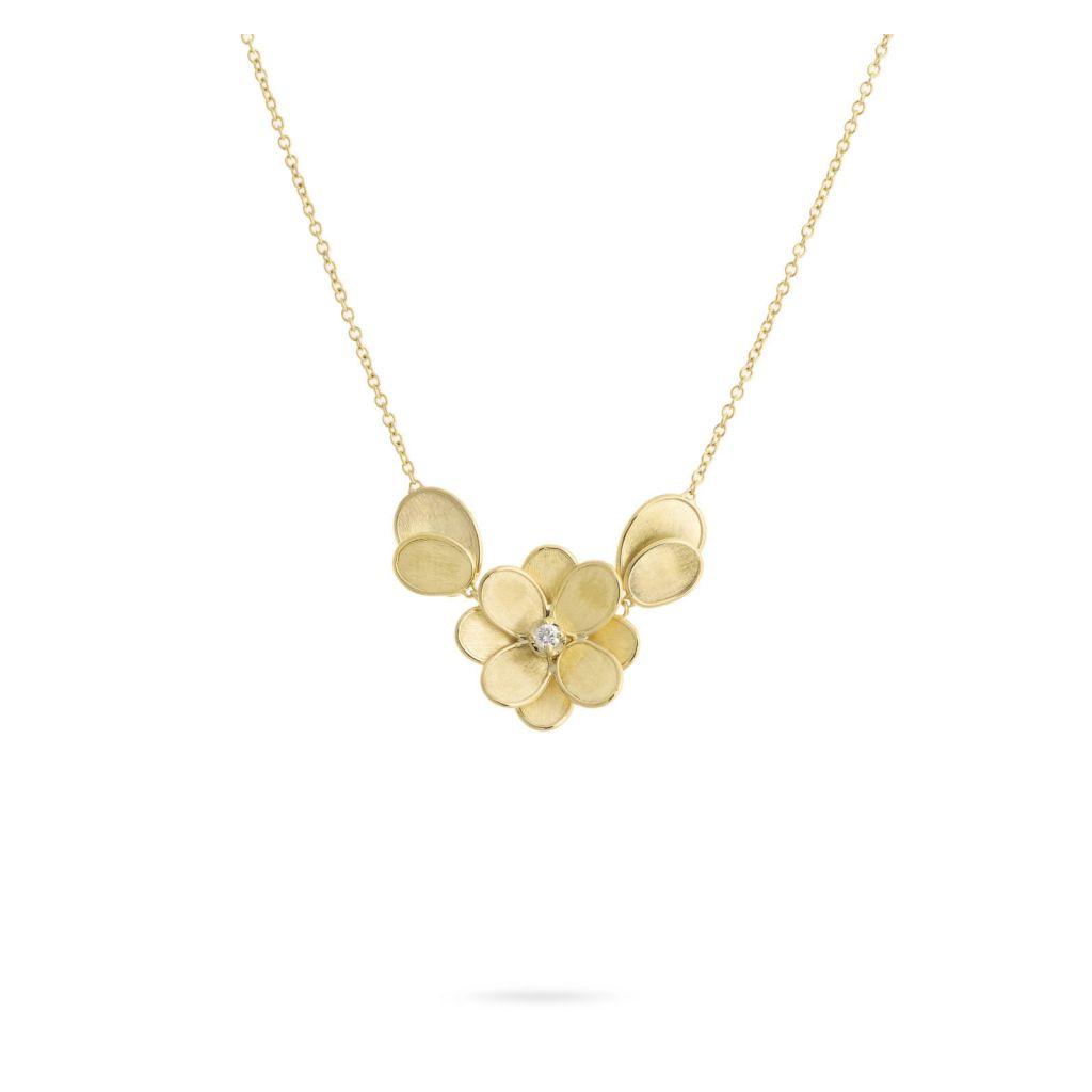 Collier Marco Bicego Lunaria Petali fleur et pétales d'or jaune guilloché, diamant central disponible dans notre bijouterie à Liège
